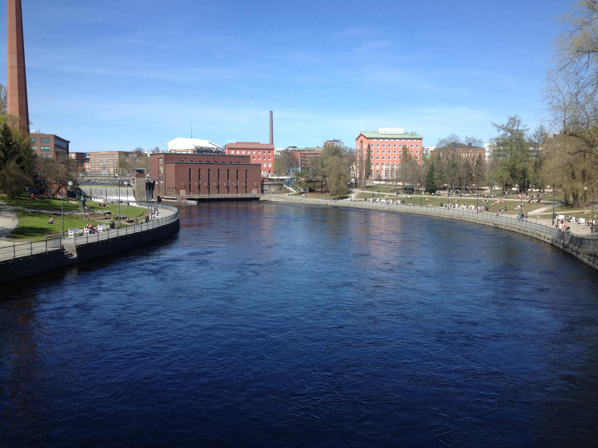 Tampereella Tammerkosken rannoilla on kävelyreittejä, puistoja, ravintoloita, hotelleja, museoita, toimistoja sekä asuntoja. Tampereella kahden kilometrin pituisen Tammerkosken yli kulkee kymmenen siltaa ja uusia suunnitellaan. Kuva: Sami Karjalainen