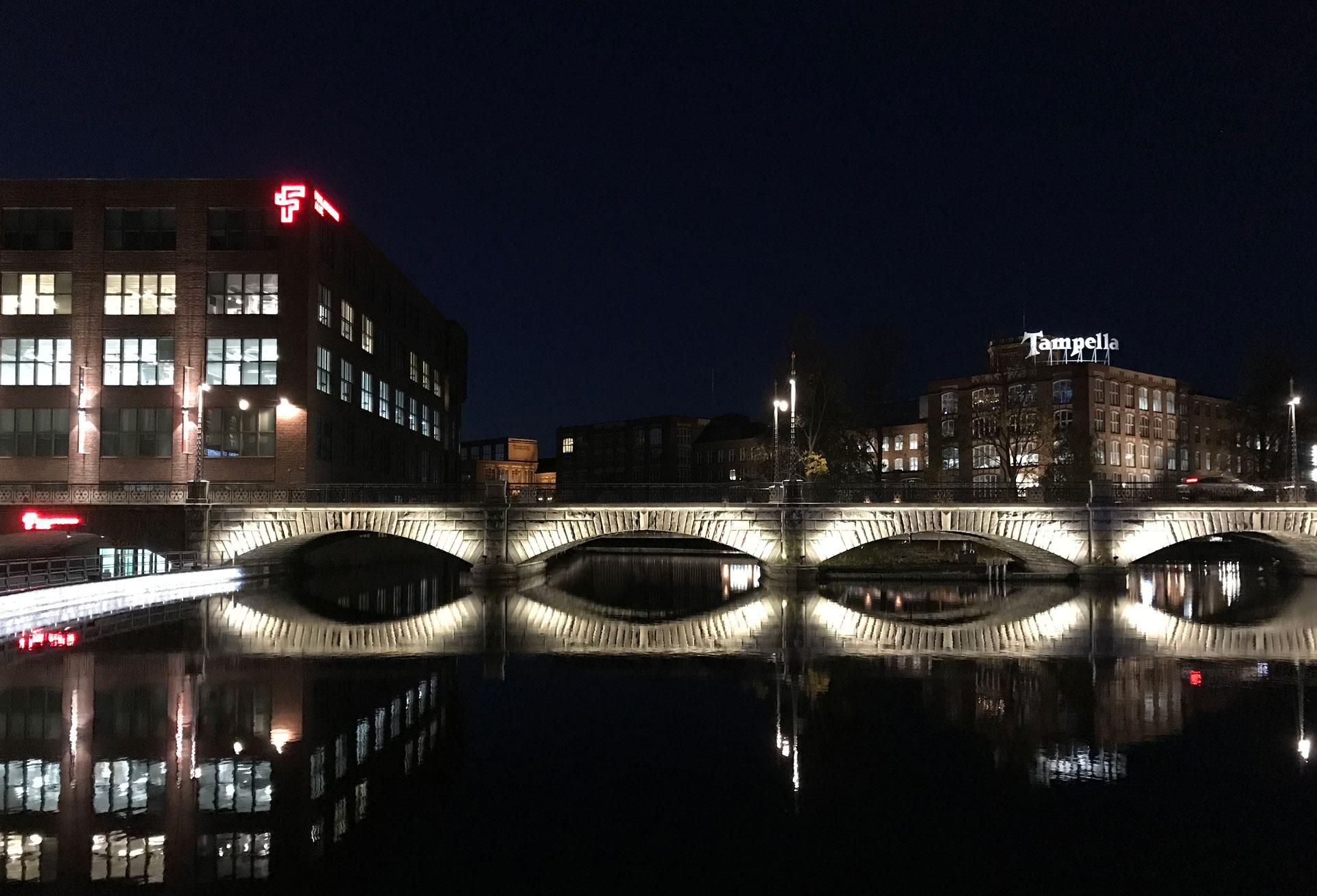 Tammerkoski on yksi Suomen kansallismaisemista. Satakunnan silta iltavalaistuksessa.