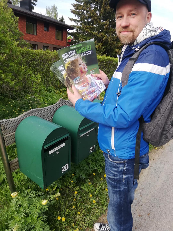Sami Karjalainen jakaa vaalimainoksia